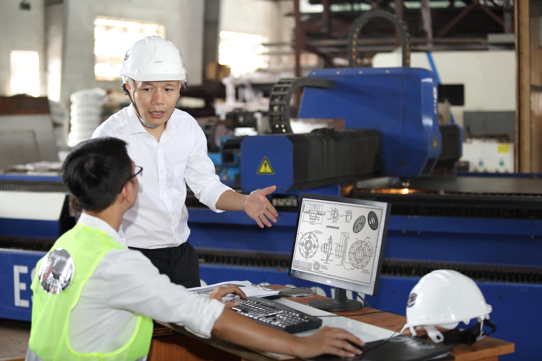 Ban lãnh đạo nhà máy Elipsport thường xuyên theo dõi, hỗ trợ nhân sự trong quá trình làm việc